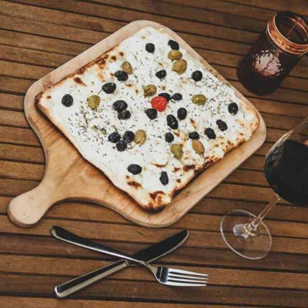 Flammkuchen mit Feta und Oliven