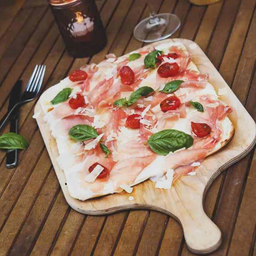 Flammkuchen mit italienischem Rohschinken
